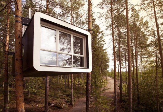 un hotel con sus habitaciones colgadas de los árboles