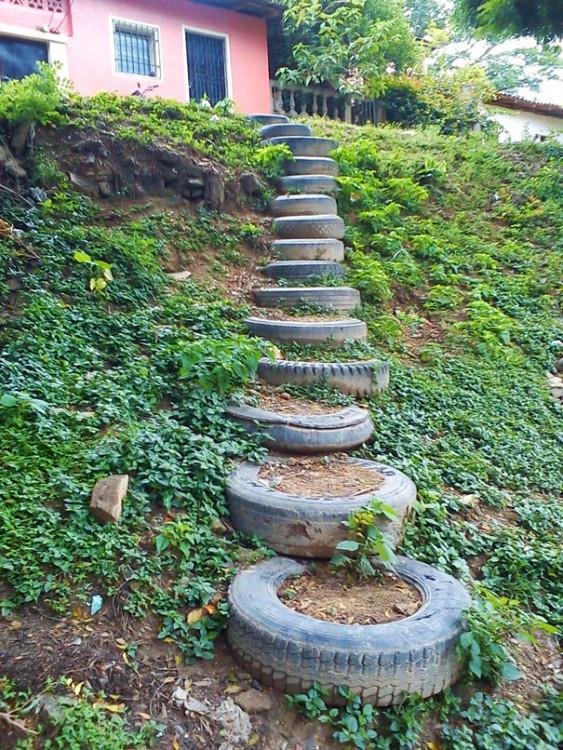 Escaleras con neumáticos viejos