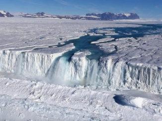 Foto de avión de la Antártida, una cascada de 400 pies de ancho drena fuera de la plataforma de hielo Nansen al océano