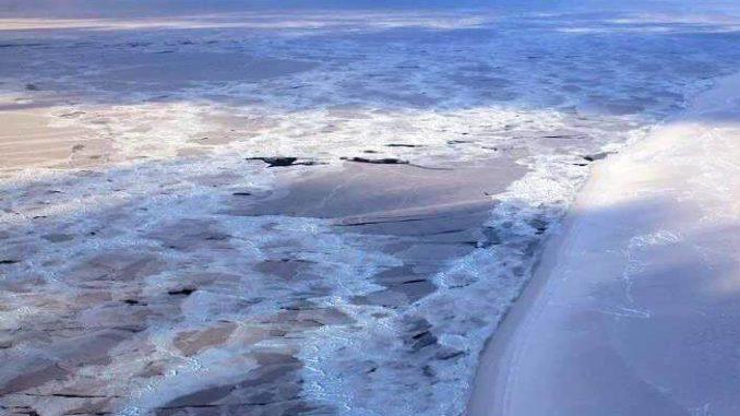 Imagen que muestra el límite entre el hielo marino del Ártico permanente y estacional, al noroeste de Groenlandia