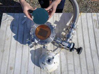 La capa superior cosecha energía solar. La inferior se usa para enfriar el ambiente